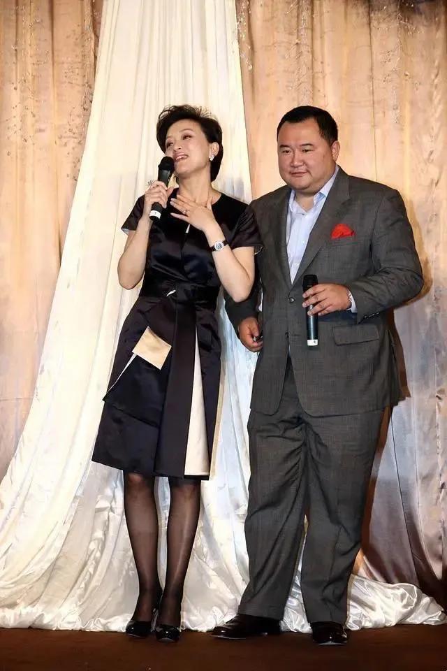 52岁杨澜和老公同框,在老公面前变娇小可人,相差2岁像隔代人_吴征
