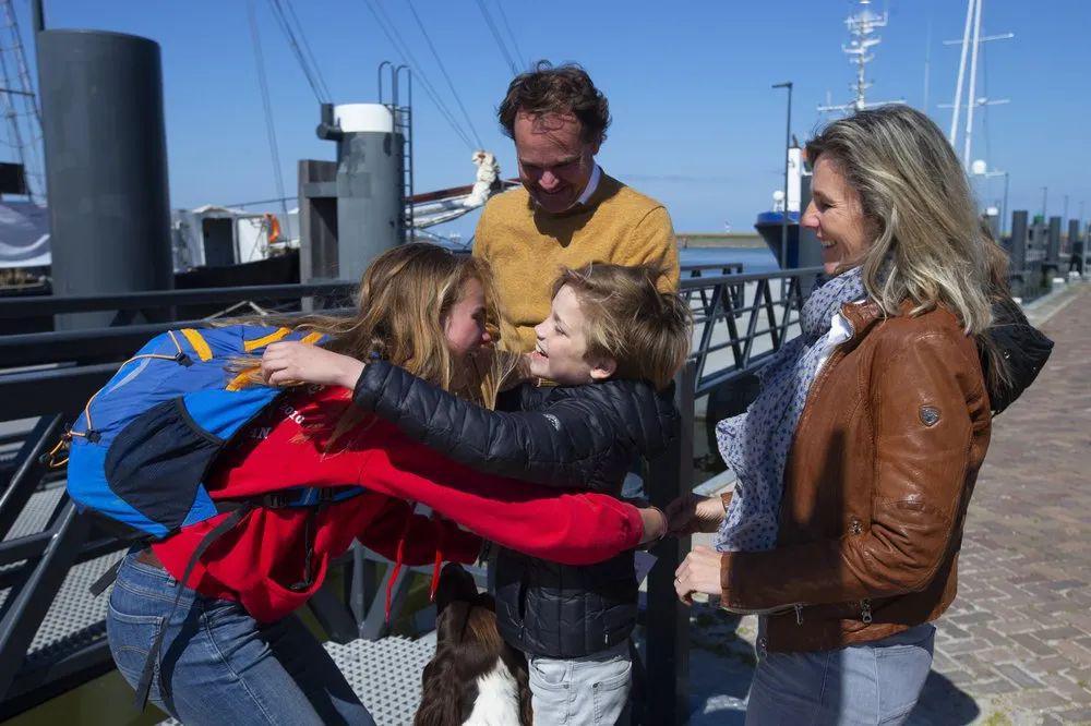"""疫情没航班?荷兰学生""""驾""""100年帆船横跨大西洋回家"""