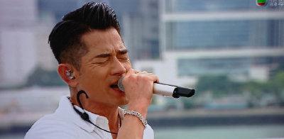 郭富城带舞蹈团队举行演唱会为疫情加油大气
