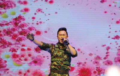 """军旅歌手金波演唱""""我们众志成城""""为疫区加油祈福"""