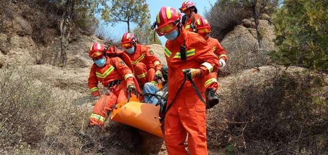 """""""驴友""""脚扭伤被困八达岭长城外山坡,消防员"""