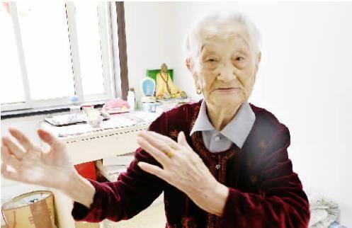"""从清朝""""穿越""""来的111岁老人,最爱吃1种水果,难怪如此长寿"""