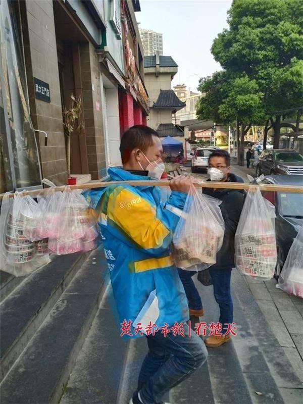 纪念居家隔离76天 解封之日武汉一女子狂点76份早