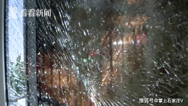 老爸买来弹弓儿子玩耍,却把对楼玻璃门击碎了!