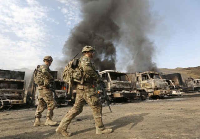 斩首行动打响,美军车队遇袭,军官被乱枪打死,装甲车被打成筛子