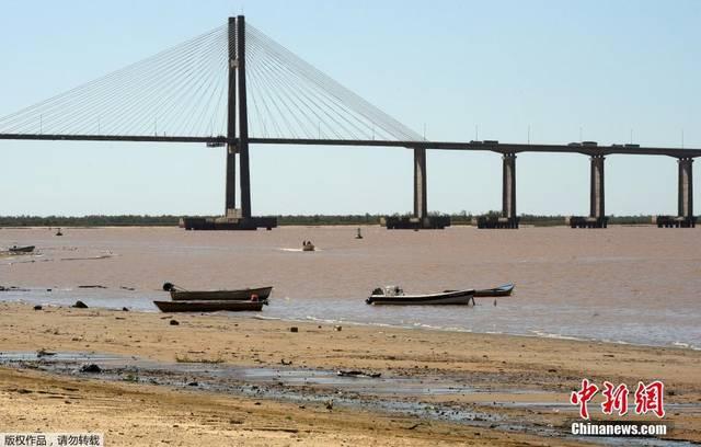 阿根廷巴拉那河水位下降 河床大面积裸露