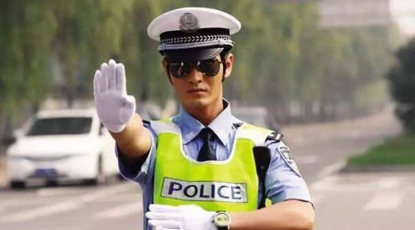 """""""待转区""""等红绿灯却被扣6分罚200?交警:这和"""
