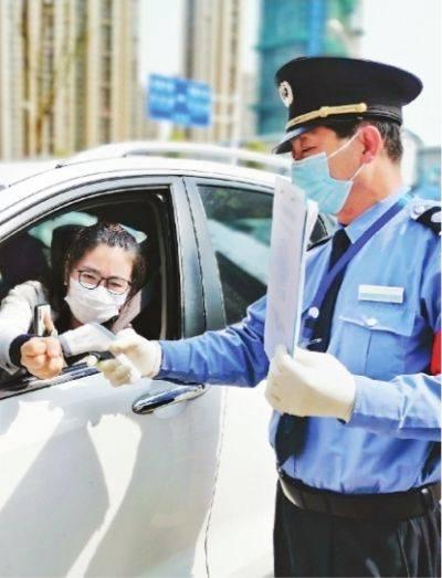 武汉社区封控严中有细 复工人员外出报号