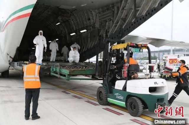 2架外国军机到广州自提防疫物资