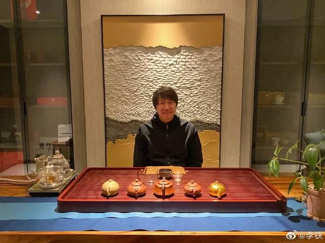 国足主帅李铁闲暇时间喝茶 茶台摆满各种样式茶