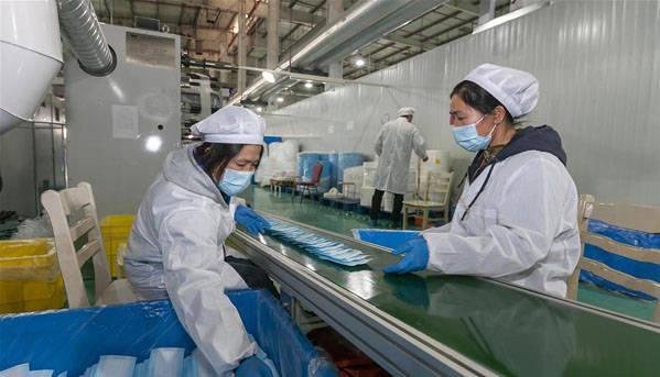 上海:加紧生产口罩助力抗疫