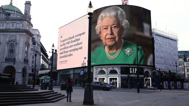 为鼓舞民众抗疫 伦敦巨幅广告牌现女王头像