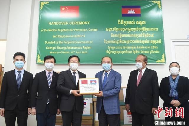 中国驻柬大使向柬政府移交广西捐赠的抗疫物资