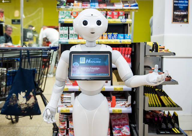 德国超市机器人服务员温馨提醒顾客安全购物