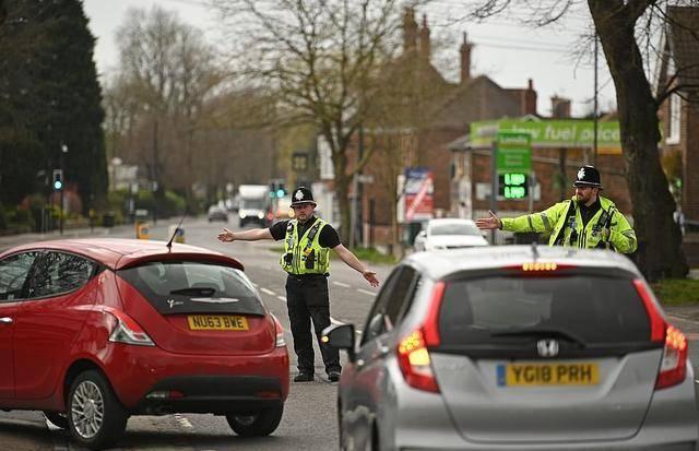 民众不听劝,仍频繁外出,英国多地警方宣布将严查居民购物车