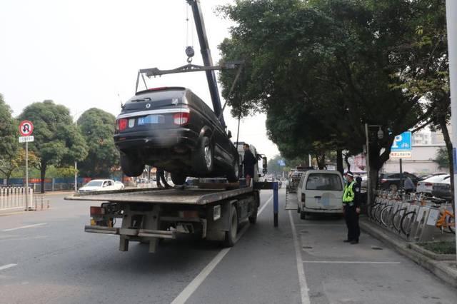 """南宁交警整治""""僵尸车"""",打开其中一辆时,里"""