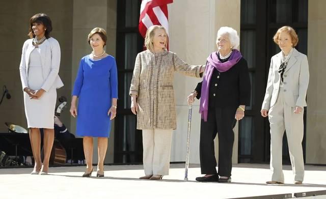 美国历任第一夫人同框,梅拉尼娅高挑,米歇尔礼貌,希拉里好热情