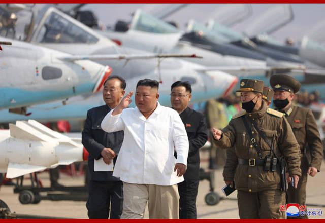 金正恩视察西部地区歼袭机部队,表示极大满意