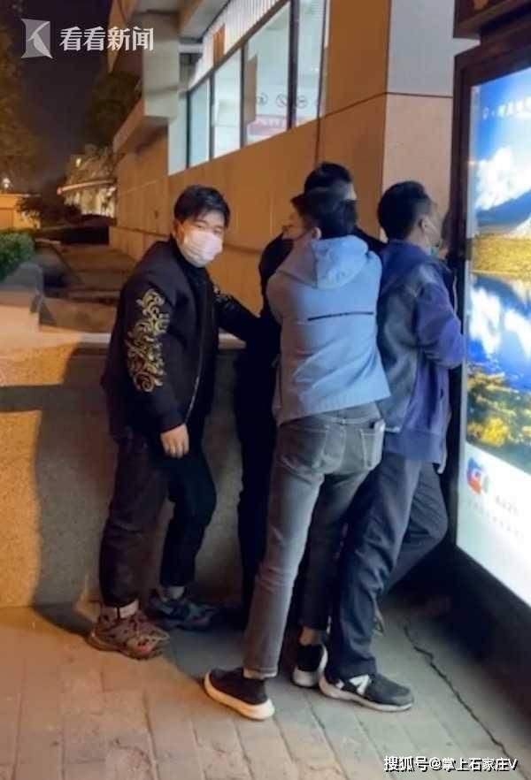 男子在国贸地铁口强行搂抱女子,北京警方:已刑