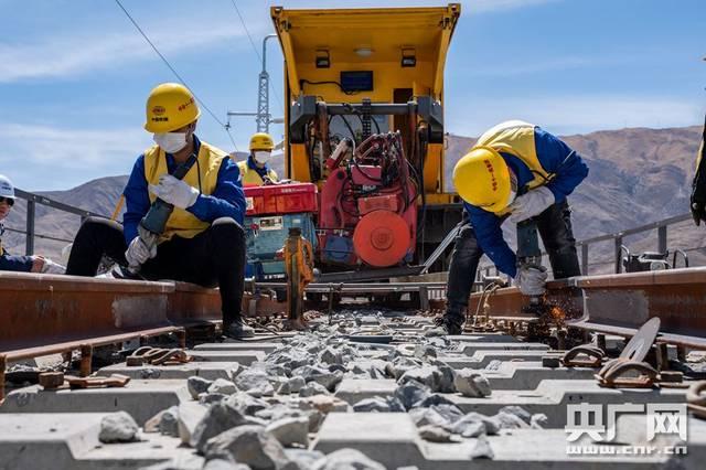 西藏拉林铁路首次长钢轨无缝焊接顺利完成