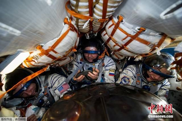 <strong>俄美宇航员顺利返回地球 在哈萨克斯坦境内着陆</strong>