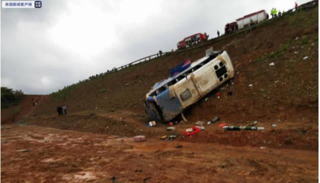 江西景德镇一客运中巴车侧翻 已造成4人死亡10人受伤