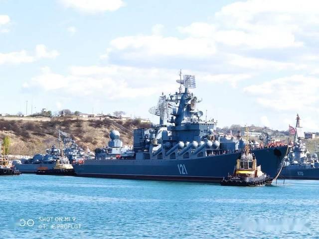 """俄罗斯网友拍摄光荣级巡洋舰""""莫斯科""""号 最吸引眼球的却是极接地气的中国制造"""