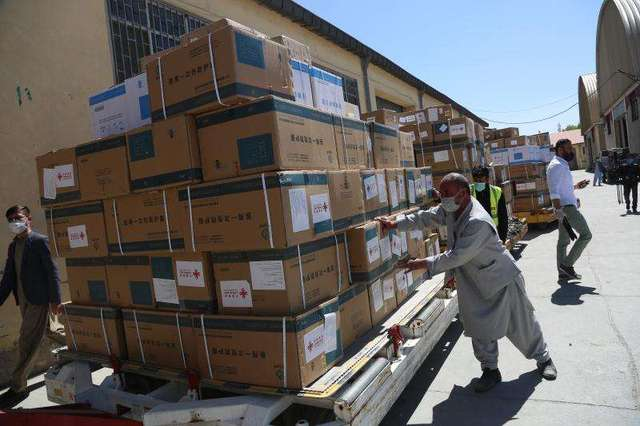 口罩、防护服、体温枪……中国援助阿富汗第