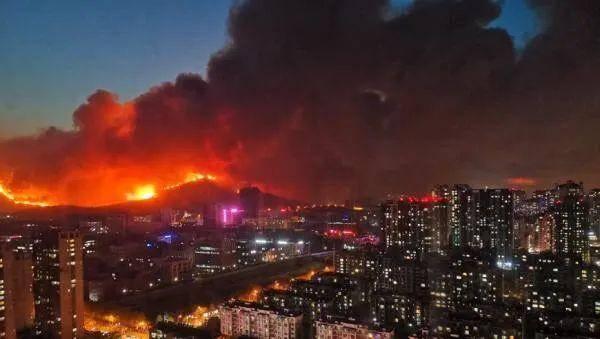 <strong>青岛小珠山两处山火复燃,附近居民已疏散</strong>