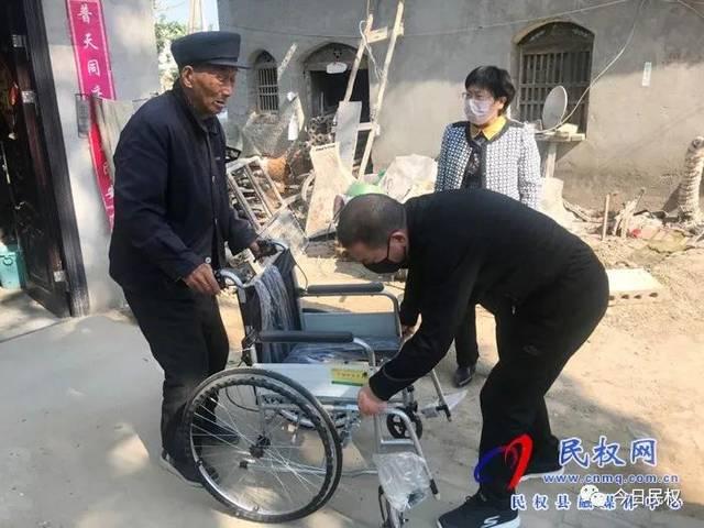 民权县统计局入户送轮椅 情暖贫困户