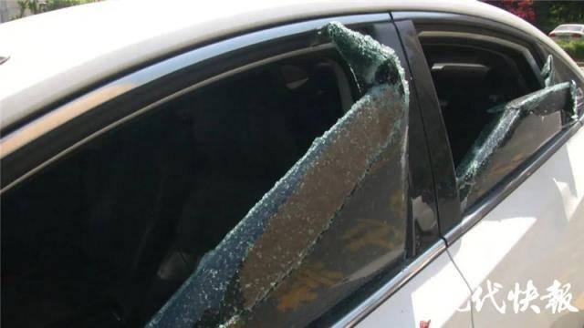 撞到路边车摔伤,男子连砸九辆车泄愤