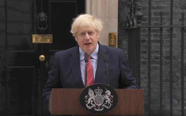 英首相病愈后首次公开亮相