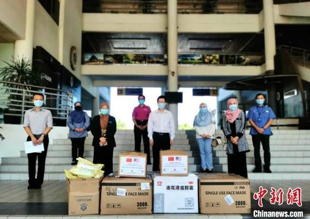 驻槟城总领事为北马各州中国留学生发放健康包