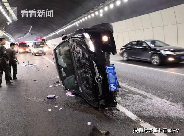 """小车高速侧翻""""竖""""在路面,司机:发生了什么"""