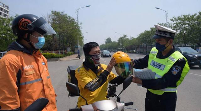 很多年前别的城市就要求骑电动车戴头盔了,临