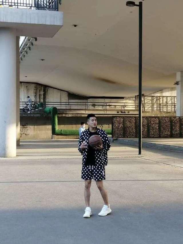 郭少被拍野球场打球遭调侃 网友:怎么有点内八