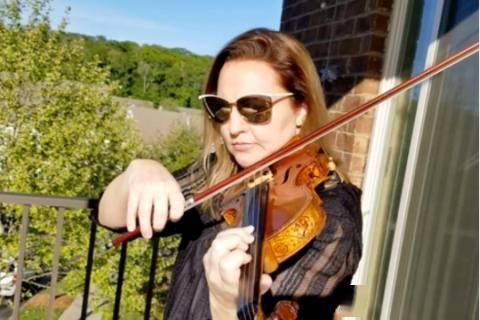美国小提琴家在阳台开演奏会 用独特方式团结社