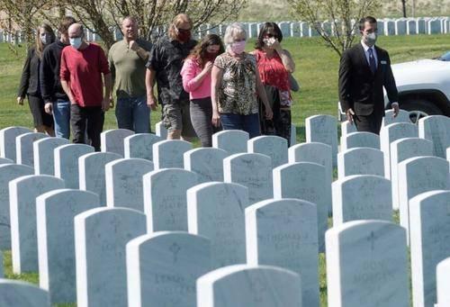 四月份美国疫情死亡人数已经超越战,特朗普这