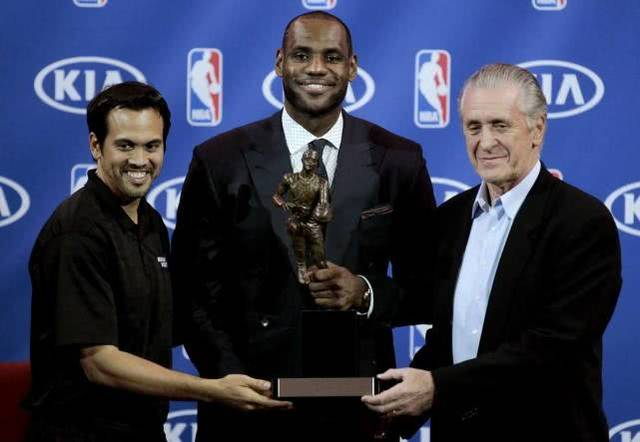 詹姆斯称王一季!7年前豪夺常规赛第4个MVP,再夺